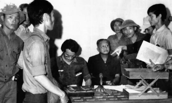 Nhà báo Börries Gallasch, Tướng Minh tại đài phát thanh. Hình: Kỳ Sơn