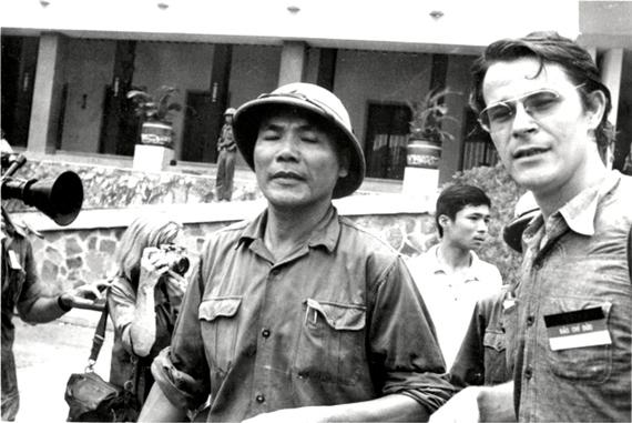 Börries Gallasch và chính ủy Bùi Văn Tùng