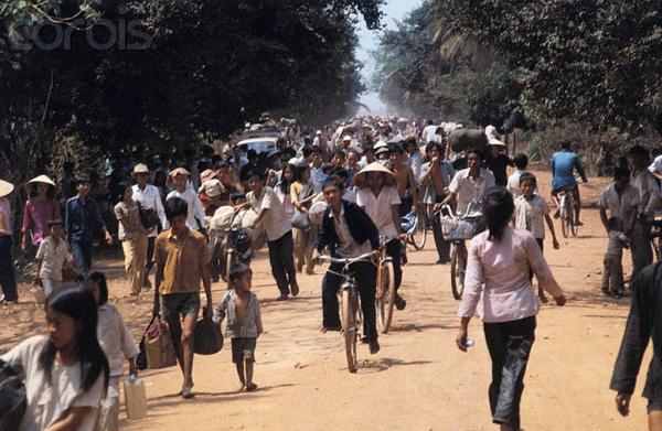 Dân làng bỏ chạy khi người cộng sản tiến vào Dầu Tiếng, 19/03/1975. Hình: Bettmann/CORBIS