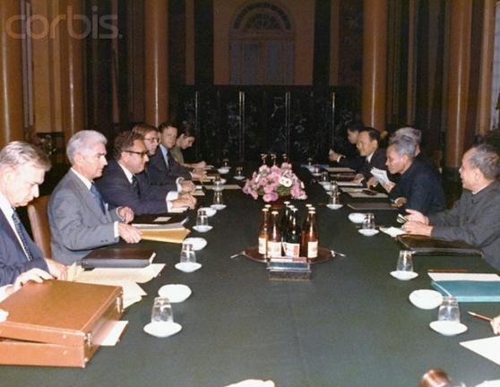 Kissinger (thứ ba từ trái sang) gặp  thủ tướng Bắc Việt Phạm Văn Đồng (thứ hai từ phải sang) trong chuyến đi đến Hà Nội tháng Hai 1973. Hình: Bettmann / Corbis