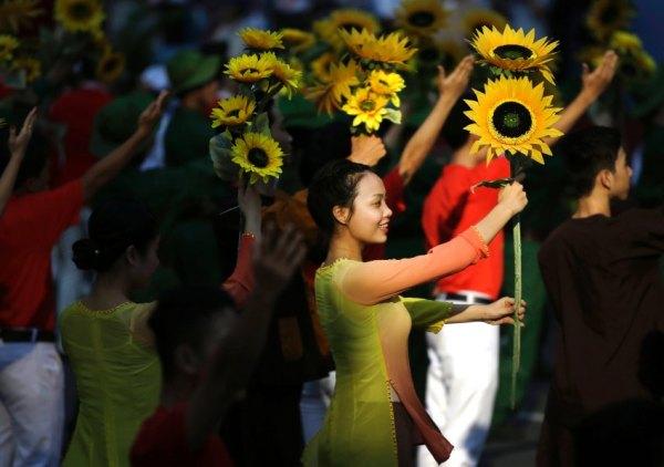 """Chống lại sự lãng quên: """"Họ đã gây ra biết bao tội ác dã man"""", thủ tướng Nguyễn Tấn Dũng nói, hướng tới Hoa Kỳ. Hình: AP/dpa"""