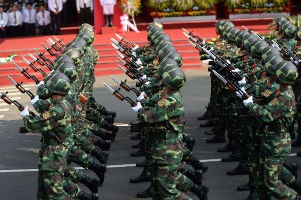 Dấu hiệu của sức mạnh quân sự: Vào ngày kỷ niệm chiến tranh, người ta thông báo rằng Việt Nam vẫn tiếp tục chuẩn bị về mặt quân sự cho những xung đột có thể có trong tương lai. Ví dụ như đất nước này đã trang bị cho hạm đội tàu ngầm của họ loại tên lửa có thể bay tới bờ biển Trung Quốc.