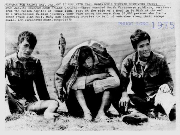 Ba người lính Nam Việt Nam bị thương chạy thoát khỏi tỉnh lỵ Phước Bình đã thất thủ. Họ thuộc trong số hơn 26.000 người đã bỏ chạy sau khi Phước Bình thất thủ. Nhiều người đã kể lại những câu chuyện thương tâm về những cuộc phục kích dọc con đường trốn thoát của họ (AP Wirephoto)