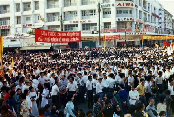 Biểu tình lên án CS tấn công và chiếm tỉnh Phước Long ngày 6.1.1975, vi phạm hiệp định hòa bình Paris 1973.