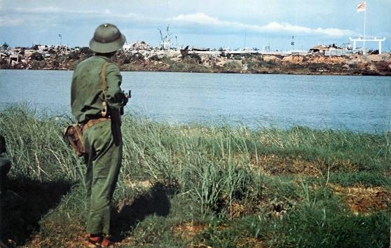 Ngày 30-4-1972 Bắc Việt mở cuộc tổng tấn công mùa xuân vượt qua vùng phi quân sự và sông Bến Hải. Sau 5 tháng giao tranh ác liệt, quân BV đã chiếm được vùng phía bắc sông Thạch Hãn thuộc tỉnh Quảng Trị. Giới tuyến tạm thời giữa hai miền Nam Bắc từ đây không còn là sông Bến Hải, mà là con sông Thạch Hãn này. Sau khi Hiệp định Paris được ký kết ngày 27-1-1973, nhiều tù binh của phía BV đã được Nam Việt trao trả qua con sông này.