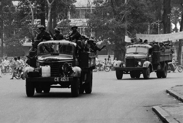 Người Bắc Việt vào Sài Gòn. Hình: Francoise de Mulder/CORBIS