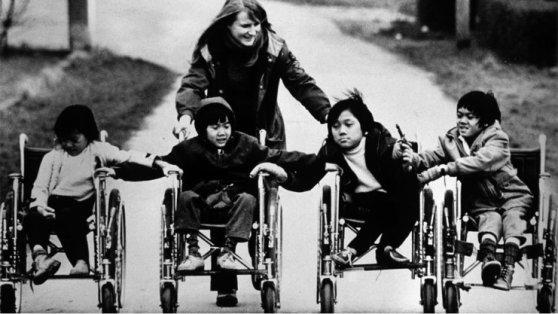 Terre des homme cho chở trẻ em bị thương sang Đức để chăm sóc. Hình: tdh