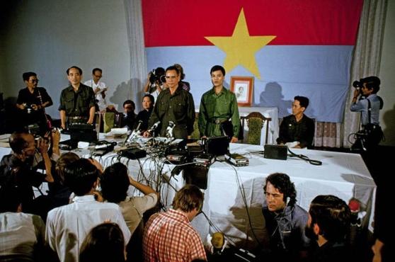 Tướng Trần Văn Trà họp báo sau khi Saigon sụp đổ