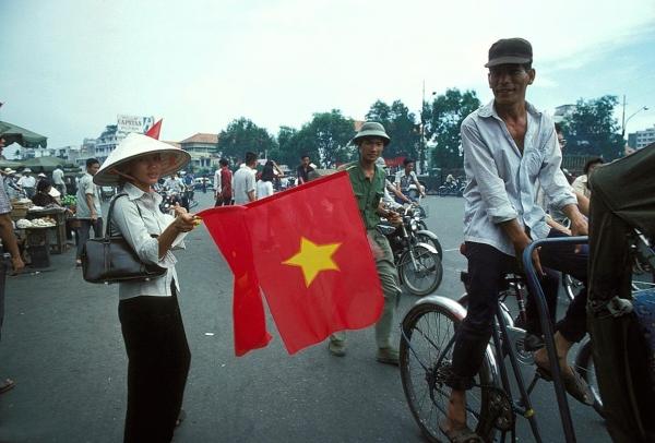 Bán cờ ở Sài Gòn, tháng Năm 1975