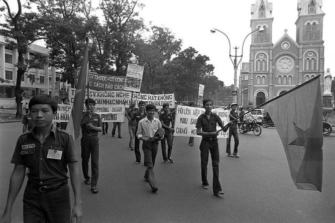 """Sài Gòn tháng Năm 1975: Bài trừ """"văn hóa đồi trụy và phản động"""""""