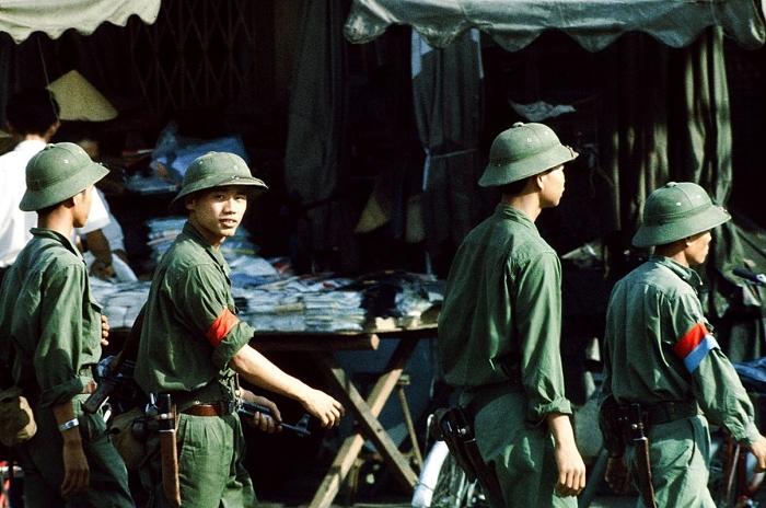 Lính Bắc Việt Nam trên đường lê Lợi, Sài Gòn, tháng Năm 1975