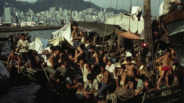 Thuyền nhân Việt Nam trên một con tàu đầy người ở cảng Hongkong.