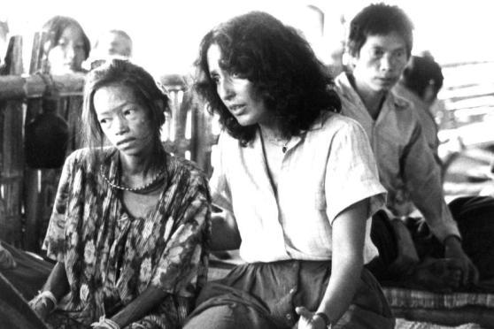 Joan Baez thăm một trại tỵ nạn ở Thái Lan, 1979