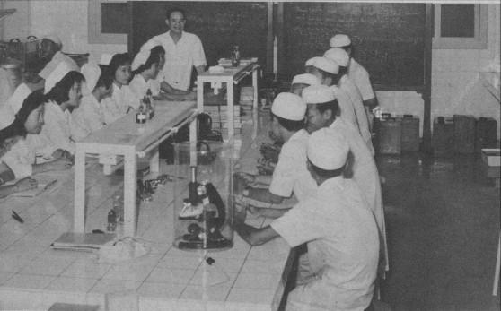 Phòng thí nghiệm ở Viện Pasteur Sài Gòn, nơi bào chế vắc-xin chích ngừa bệnh đậu mùa cho Việt Nam Cộng hòa