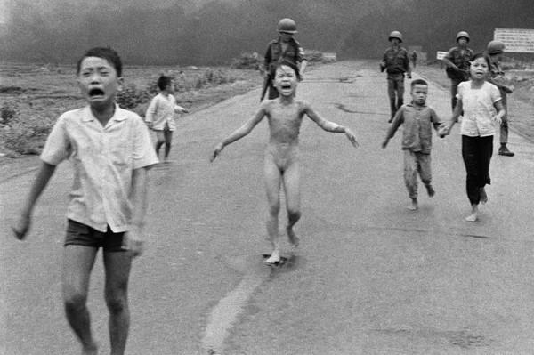 Biểu tượng: Vào ngày 8 tháng Sáu 1972, ngôi làng Trảng Bàng cách Sài Gòn không xa bị không kích. Trần truồng và cháy bỏng, Kim Phúc lúc đó 9 tuổi bỏ chạy – và bị chụp ảnh. Với phiên bản bị cắt xén này, hình ảnh của em đã đi khắp thế giới và ngay lập tức đã trở thành một biểu tượng lên án chiến tranh. Hình: picture alliance / AP