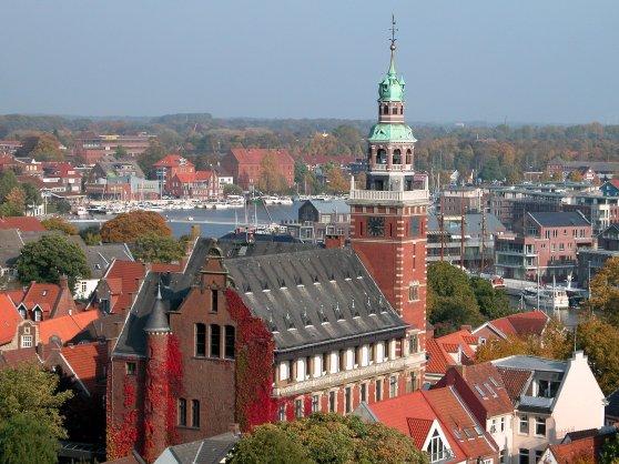 Tòa đô chính của Leer và bến cảng. Hình. Wikipedia