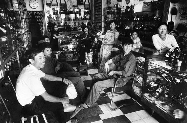 Bộ đội Bắc Việt tìm gặp họ hàng. Sài Gòn, tháng Năm 1975