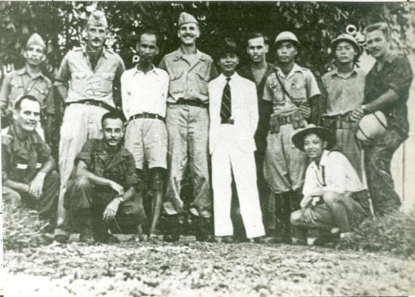 Các sĩ quan OSS cùng với Hồ Chí Minh và Võ Nguyên Giáp, Hà Nội, tháng Tám 1945