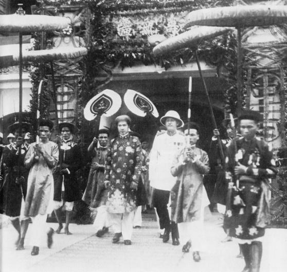 Vua xứ An Nam Bảo Đại, có toàn quyền Đông Dương tháp tùng rời dinh với đoàn tùy tùng.