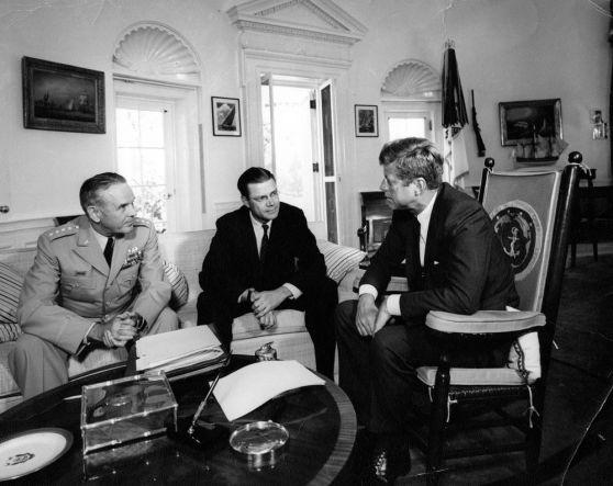 Robert S. McNamara và Tướng Maxwell D. Taylor gặp Kennedy sau chuyến đi thăm Nam Việt Nam của họ năm 1963.