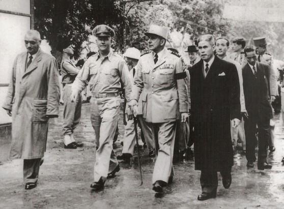 John F. Kennedy (phía sau bên phải) trong chuyến đi thăm Việt Nam năm 1951