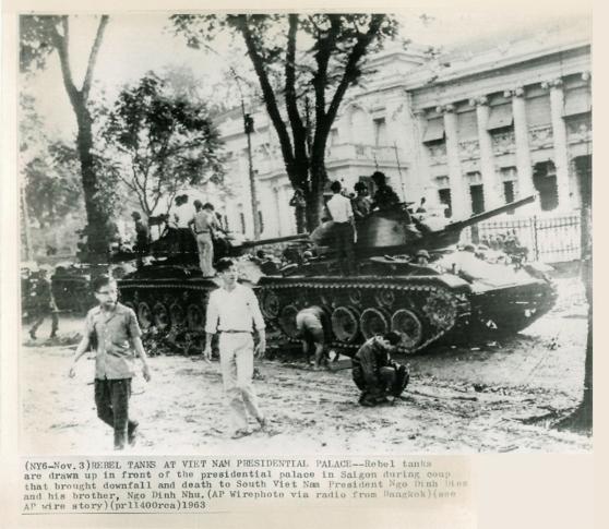 Xe tăng của quân đảo chánh trước Dinh Gia Long (03/11/1963)