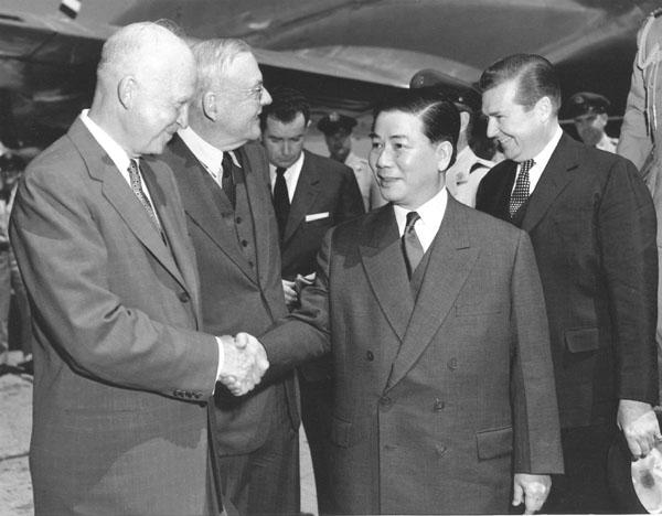 Tổng thống Dwight D. Eisenhower chào mừng Tổng thống Ngô Đình Diệm sang thăm Hoa Kỳ trong tháng Năm 1957