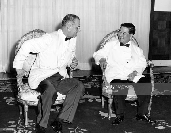 Phó Tổng thốngLyndon B. Johnson gặp Tổng thống Ngô Đình Diệm trong Dinh Độc Lập, tháng Năm 1961