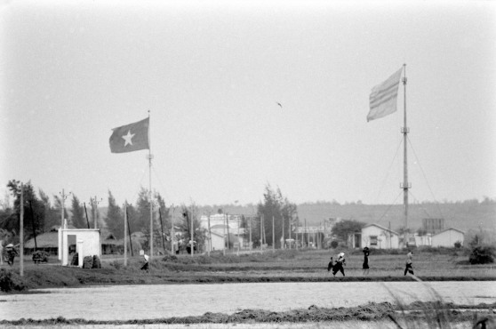 Cầu Hiền Lương 1961. Hình: Howard Sochurek