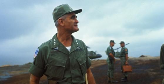 Tướng Westmoreland đến thăm căn cứ trực thăng Evans.