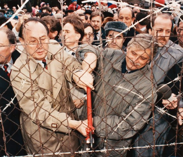 23 Dec 1989, Nove Domky, Czechoslovakia --- Foreign Ministers Hans-Dietrich Genscher, of West Germany, left, and Jiri Dienstbier, of Czechoslovakia, cut the fence between their nations, as a symbol of European liberation. --- Image by © Reuters/CORBIS