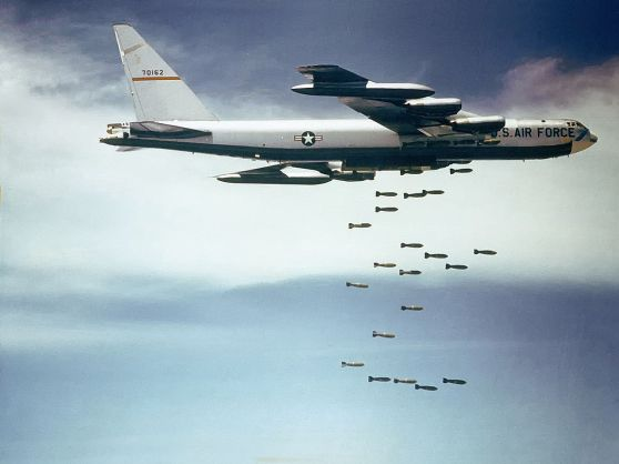 Máy bay B-52 đang ném bom