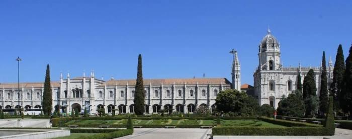 Tu viện Jerónimos, nơi Vasco da Gama đã cầu nguyện trước khi khởi hành đi tìm được con đường biển sang Ấn Độ. Sau khi Vasco da Gama trở về, tu viện này được xây lên từ số tiền thuế do những con tàu chở gia vị từ Ần Độ trở về vào bến cảng Lisbon phải nộp.