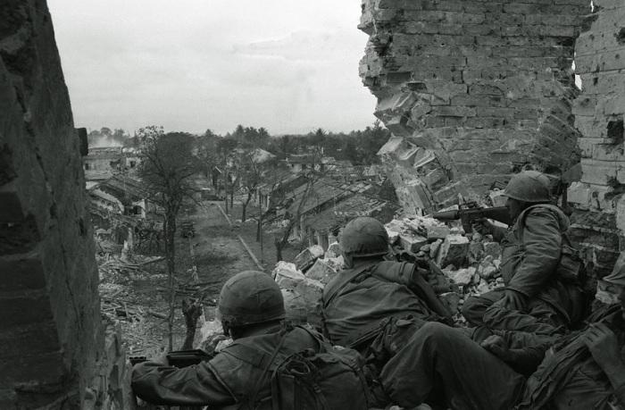 U.S. Marines hold a tower position overlooking a street in the stone fortress of Hue, Vietnam's ancient imperial capital, in February, 1968, during the Tet Offensive. (AP Photo) US-Marines halten ihre Position auf einem Turm in Hue (Vietnam). Erst am 24. Februar 1968 wurde die alte vietnamesische Kaiserstadt von den GIs zurückerobert.