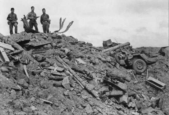 Tại cứ điểm 31, binh sĩ QĐNDVN đứng trên đỉnh hầm chỉ huy đã bị đánh sập của Lữ 3 Dù QLVNCH, Lam Sơn 719