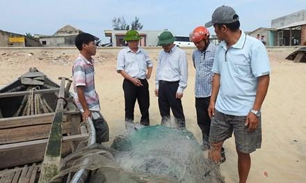 """Tấm lưới cũ thành """"mới"""" sau khi thả xuống đáy biển của ngư dân Quảng Bình."""