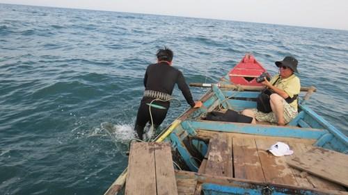 Anh Thủy trong bộ đồ lặn chuyên nghiệp xuống nước