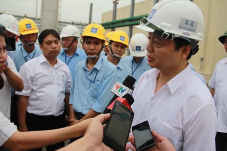 Bộ trưởng Bộ Tài nguyên và Môi trường Trần Hồng Hà trong chuyến thị sát tại Khu kinh tế Vũng Áng vừa qua (Ảnh: Tiến Hiệp)