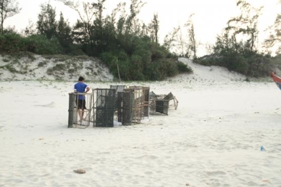 Hằng năm, lừ lưới đưa ra biển từ tháng 3, tháng 9 mới đem về. Nhưng đầu tháng 5 năm nay, ngư dân buộc phải đem về vì không bắt được con cá, mực nào cả. Ảnh: Tạ Vĩnh Yên