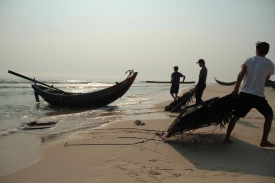 Ngư dân đem bẫy cá mực để về nhà cất giữ. Ảnh: T.V.Y