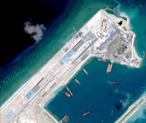 Hoạt động xây dựng trên Đá Chữ Thập. Đường bay dài 3000 mét đã xong được một phần ba trước đây một năm.