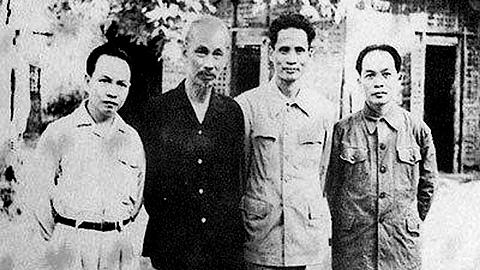 Hồ Chí Minh, Trường Chinh, Phạm Văn Đồng, Võ Nguyên Giáp sau phiên họp Hội đồng Chính phủ tại chân đèo De, xã Tân Trào, huyện Sơn Dương, tỉnh Tuyên Quang (năm 1950)