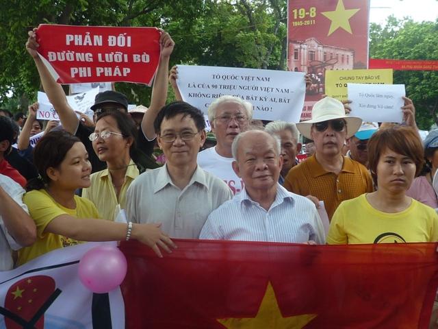 Nguyên Ngọc và Huệ Chi biểu tình phản đối Trung Quốc ngày 14-08-2011