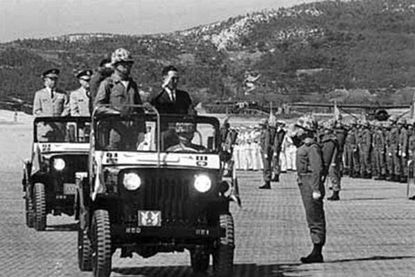 Tổng thống Park Chung-hee duyệt binh lực lượng quân đội sắp được gửi sang Việt Nam