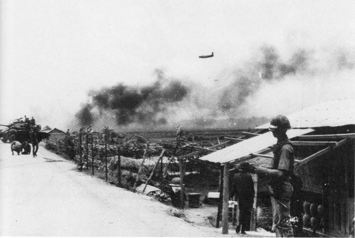 Máy bay  A-1 Skyraider đang ném bom ở mặt trận Kon Tum