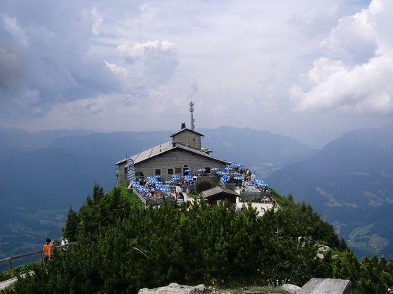 Nhà Kehlstein (Kehlsteinhaus) trên đỉnh núi Kehlstein, trước đây là nhà của Hitler, bây giờ là một quán trọ.