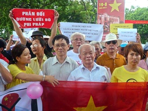 Nhà văn Nguyên Ngọc đi biểu tình