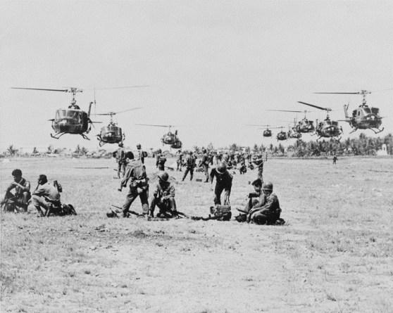 Trực thăng vận với những chiếc UH-1D gần Sài Gòn năm 1965