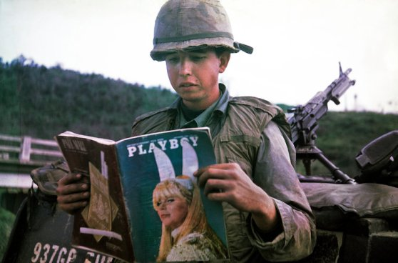 Dan Mouer ở Việt Nam năm 1966. Quyển tạp chí được vợ anh gửi sang củng với một loạt các loại bánh sôcôla.