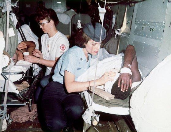 Nữ y tá với thương binh Mỹ trong lúc chuẩn bị khời hành từ Việt Nam